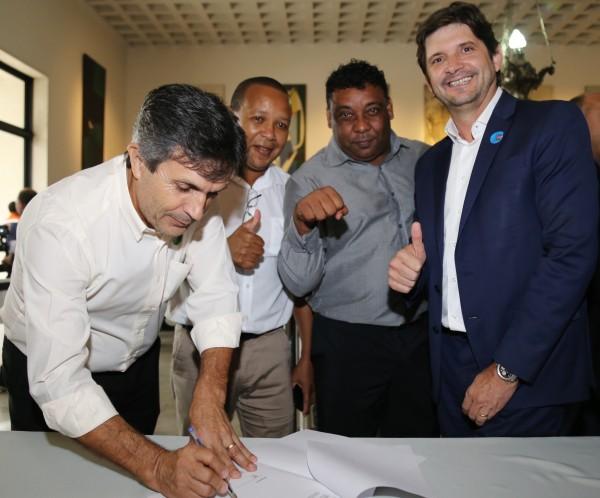 Deputado André do Prado, prefeito Vadico, vereador Neguinho da Poça e presidente do PR local, Ataíde dos Santos, estiveram em cerimônia no Palácio dos Bandeirantes
