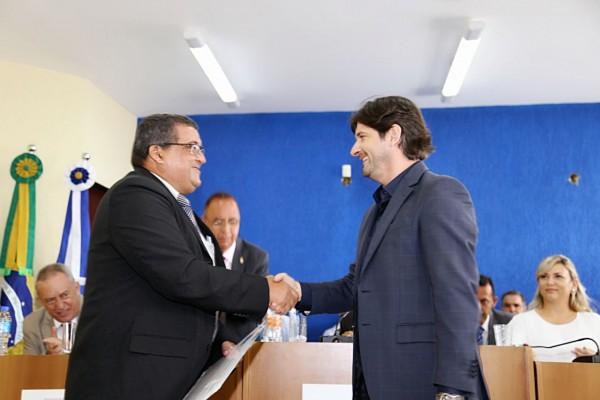 Deputado André do Prado agradece o vereador Baiano da Saúde, autor do projeto que concede ao parlamentar estadual a cidadania itaririense