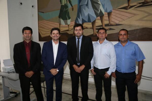 Deputado André do Prado e vereadores de Miracatu após assinatura de convênio na capital