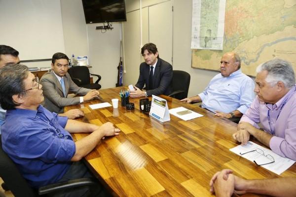 Em reunião na Sabesp, deputado André do Prado, prefeito Vanderlon Gomes e diretor da Sabesp, Paulo Massato, discutem renovação de contrato de serviços na cidade