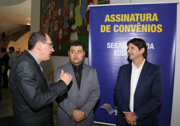 Deputado André do Prado, prefeito Rodrigo Ashiuchi e secretário municipal de Educação Leandro Bassini conversam no Palácio dos Bandeirantes