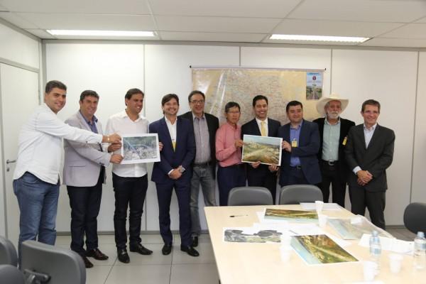 Deputados André do Prado e Marcio Alvino com os prefeitos de Suzano, Poá, Itaquaquecetuba e Ferraz de Vasconcelos com o secretário de Transportes.