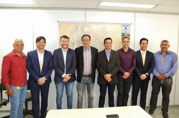 Deputados André do Prado e Marcio Alvino, com os prefeitos: Adriano Leite e Vanderlon Gomes com o secretário de Transportes,