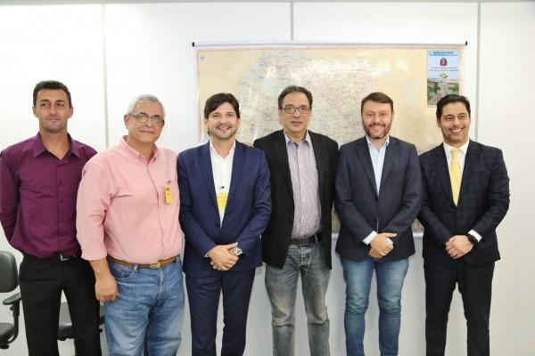 Deputados André do Prado e Marcio Alvino com os prefeitos: Adriano Leite e Celso Simão em reunião na Secretaria de Estado dos Transportes.