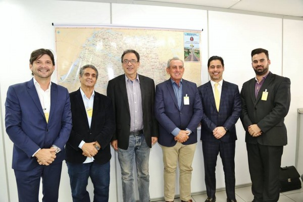 Deputados André do Prado e Marcio Alvino, prefeito Ayres, vereador Irineu com o secretário de Transportes, Mário Mondolfo