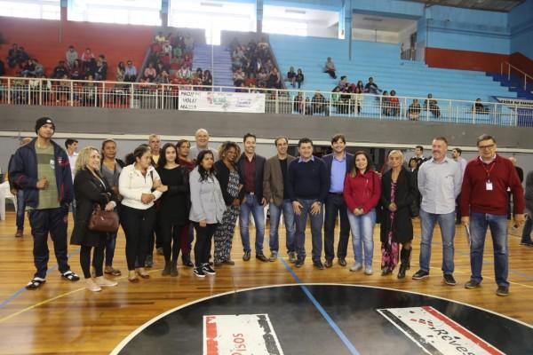 Evento para entrega simbólica das chaves dos apartamentos contou com as presenças dos deputados (estadual) André do Prado e (federal) Marcio Alvino ocorreu no ginásio Paulo Portela.