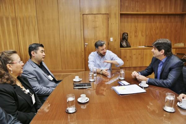 Deputado André do Prado, prefeito Rodrigo Ashiuchi e dirigente de Ensino, Vera Lúcia, conversam com secretário de Educação, João Cury Neto