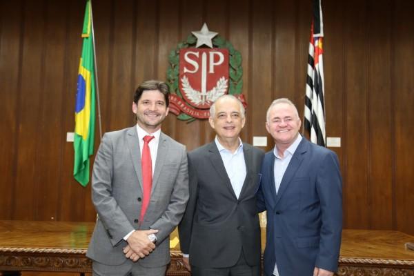 Deputado André do Prado e prefeito Josué Ramos após audiência com governador Márcio França