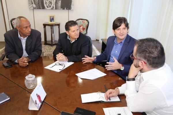 Deputado André do Prado acompanhado do vereador de Jacareí, Izaias Santana, e do vereador Paulo Ferreira da Silva tratam sobre a implantação do Bom Prato na cidade.