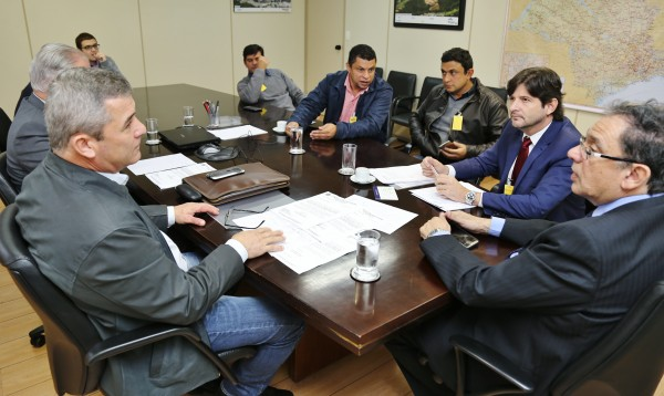 Deputado André do Prado e prefeitos de Itaoca, Apiaí e Iporanga pedem melhorias ao secretário de Transportes