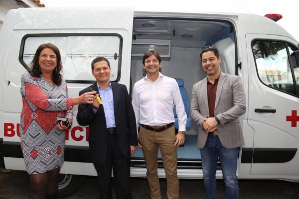 Deputados André do Prado e Marcio Alvino entregam ambulância no distrito de São Silvestre