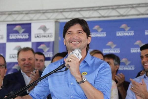 Deputado André do Prado discursa em evento na cidade de Registro (SP)