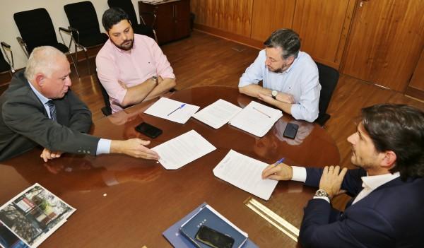 Deputado André do Prado e o vereador de Barretos, Paulo Correa, buscam apoio junto ao secretário de Estado da Educação, para a inclusão da FATEC