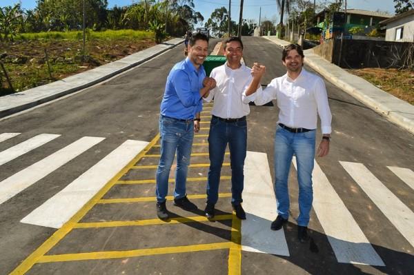 Deputados André do Prado (Estadual) e Marcio Alvino (Federal) participaram a inauguração ao lado do prefeito Vanderlon no bairro Brangança