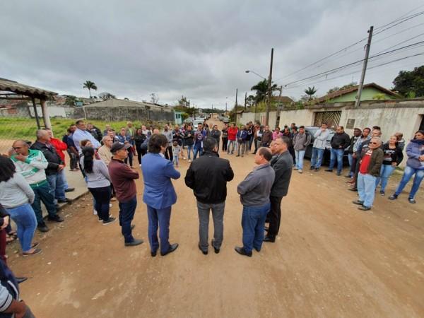 Com moradores do Parque Palmeiras, deputado André do Prado e prefeito de Suzano anunciam novas pavimentações