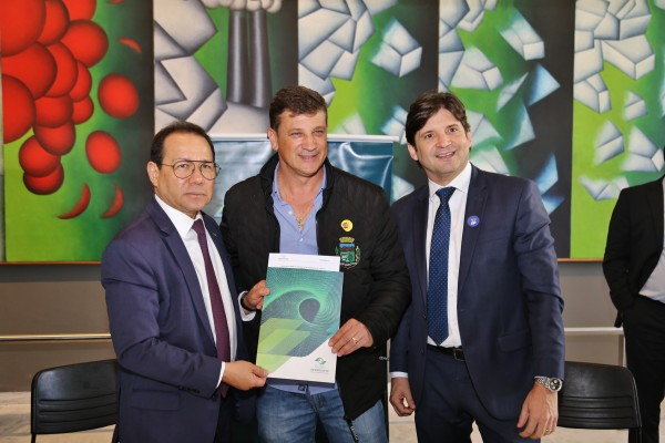 O deputado André do Prado acompanhou o prefeito Dr. Isael Domingues para assinatura dos documentos no Palácio dos Bandeirantes; Os recursos serão utilizados em obras de infraestrutura e na compra de uma máquina