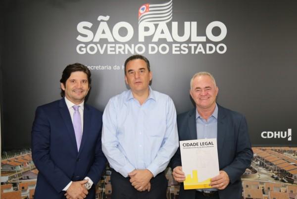 Em reunião com o deputado André do Prado e o prefeito Josué Ramos, o secretário Flavio Amary autorizou a ordem de serviço para executar o programa Cidade Legal no município