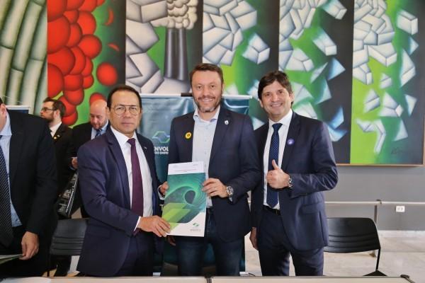 O deputado André do Prado acompanhou o prefeito na assinatura dos documentos