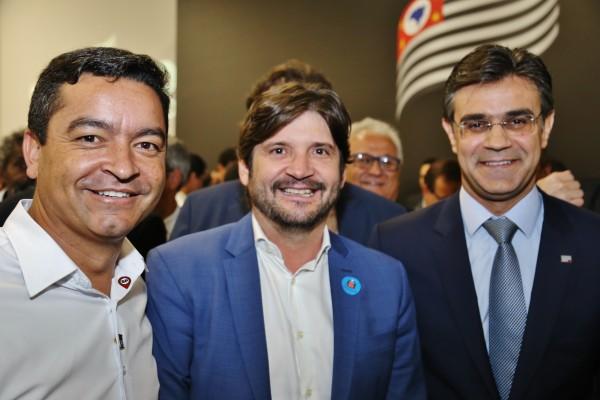 Deputado André do Prado e o prefeito Vanderlon estiveram na assinatura de convênio