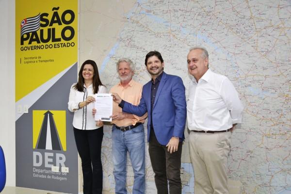 No DER, deputado André do Prado e a prefeita Renata Sene solicitaram a pavimentação da Estrada dos Porretes